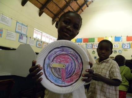 <p> Die Kinder zeigen stolz ihre Uhren.</p>