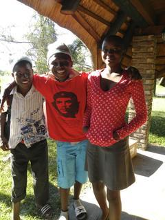 <p> Immanuel (8. Klasse), Erastus (9. Klasse) und Martha (10. Klasse) präsentieren stolz ihre neue Kleidung.</p>