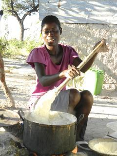 <p> Die Abendmahlzeit für eine 17-köpfige Großfamilie wird zubereitet, bestehend aus Maismehl und Wasser.<br /> Nicht jeden Tag haben die Menschen zu essen.</p>