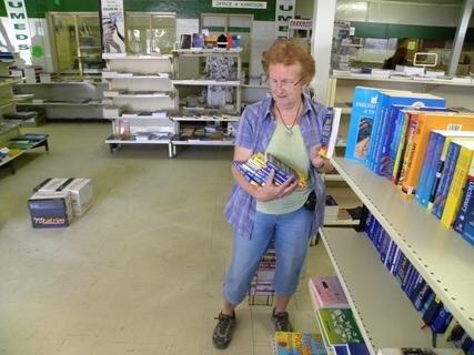 <p> Beim Einkauf von Englischwörterbüchern, gesponsert von den Schülern der Heiner-Müller-Grundschule Eppendorf.</p>