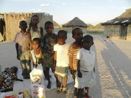 <p> Besuch einer Familie mit Waisenkindern noch kurz vor Sonnenuntergang</p>