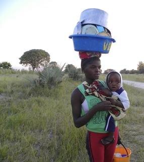 <p> Diese junge Frau hat im Fluss Geschirr abgewaschen.</p>