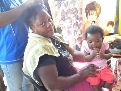 <p> Beim Friseur in Rundu</p>