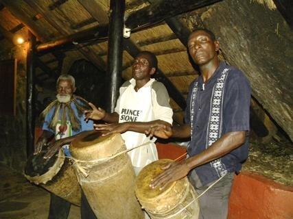 <p> Am Abend werden in der Lodge traditionelle Tänze aufgeführt.</p>