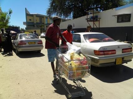 <p> Marcus beim Einkauf in Rundu. Auf unserer Rückfahrt nach Mayana in einem sehr gewöhnungsbedürftigen Taxi wurde uns leider ein Beutel mit Flip-Flop-Sandalen gestohlen.</p>