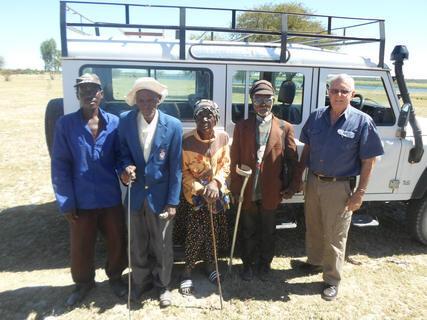 <p> Blinde bzw. stark sehgeschädigte Menschen fahren mit dem Wirt der n'Kwazi Lodge zur Augenbehandlung durch die &quot;Ärzte ohne Grenzen&quot;. Nach ihrer OP können die meisten wieder sehen.</p>