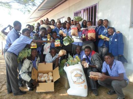 <p> Die Prüfungskandidaten der Klasse 10 verbringen trotz ihrer Schulferien eine Woche in der Kayengona Combined Schule. Durch Sponsorengelder konnten wir die Schüler eine Woche lang mit Nahrungsmitteln versorgen.</p>