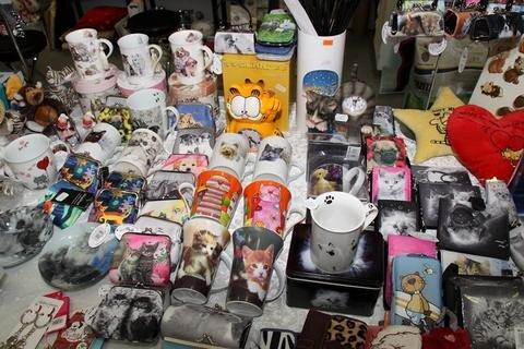 <p> Es gib nichts, was es nicht gibt: Uhren, Taschen, Tassen und Dosen mit Katzenmotiven am Stand einer Zoohandlung aus Annaberg-Buchholz.</p>
