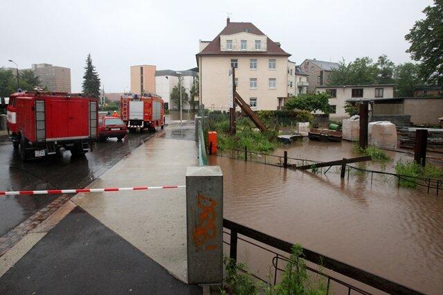 <p> Der Moritzbach ist hier über die Ufer getreten und hat Straßen und Tiefgaragen überflutet.</p>