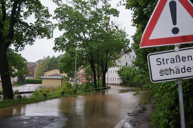<p> Sonntag gegen 7 Uhr war die Straße zwischen Wilkau-Haßlau und Kirchberg bereits nicht mehr passierbar. Hier trat der Rödelbach über die Ufer.</p>