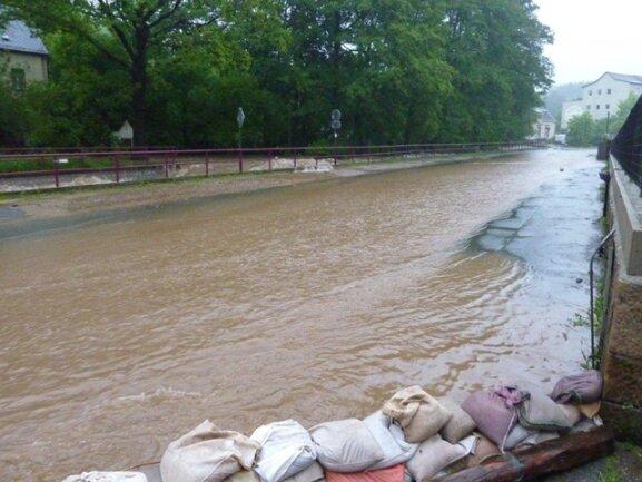 <p> Die Auerbacher Straße wurde überflutet.</p>