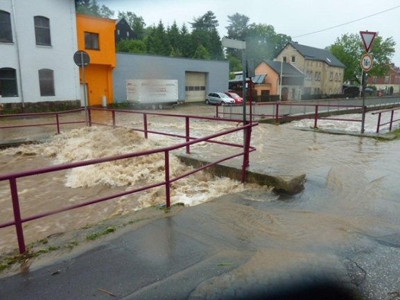<p> In Saupersdorf (Landkreis Zwickau) ist der Rödelbach über die Ufer getreten</p>