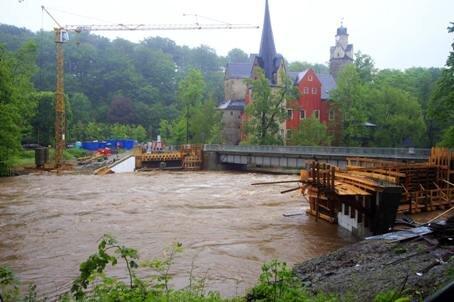 <p> Doch am Sonntag hielt die Holz-Einschalung den Wassermassen nicht mehr Stand. Große Teile wurden weggespült.</p>