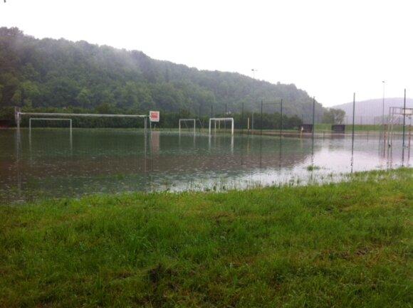 <p> Der Sportplatz in Waldenburg steht unter Wasser.</p>