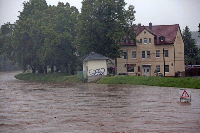 <p> Die Brückenstraße im Zwickauer Ortsteil Pölbitz ist komplett überflutet.</p>