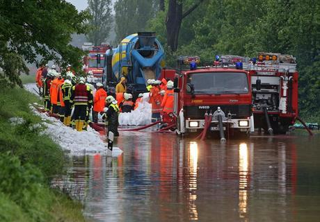 <p> In Glauchau an der Zwickauer Mulde: Feuerwehrleute sichern den Dam mit Sandsäcken, die vor Ort gefüllt werden.</p>