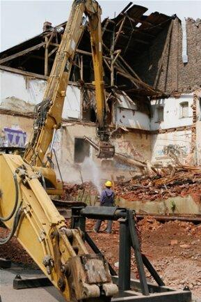 <p> Nach dem Einsturz des Daches und des Saales am Dienstagnachmittag war der Abriss notwendig geworden.</p> <p> &nbsp;</p> <p> &nbsp;</p>