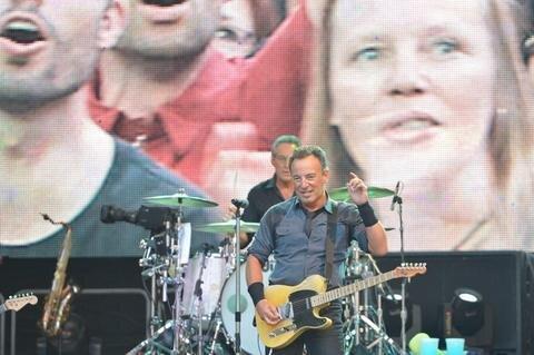 <p> Warum er auch sonst eine Legende ist, machte Springsteen am Sonntagabend in der mit 44.000 Menschen ausverkauften Leipziger Red-Bull-Arena deutlich.</p>