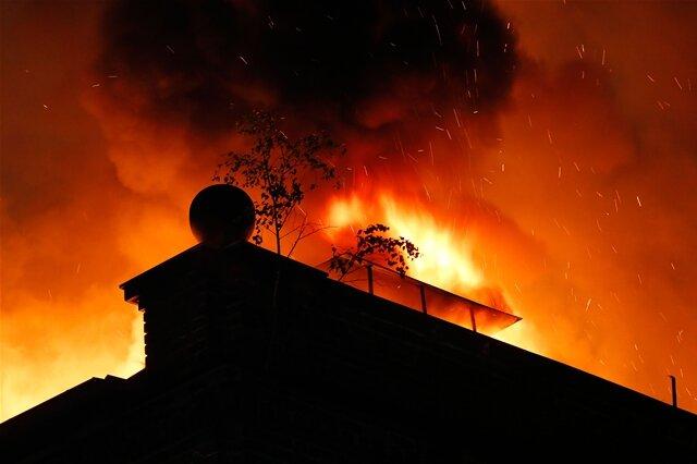 <p> Im Chemnitzer Stadtteil Altchemnitz ist in der Nacht zu Sonntag unweit der Bundesstraße 95 ein leer stehendes Fabrikgebäude in Flammen aufgegangen.</p>