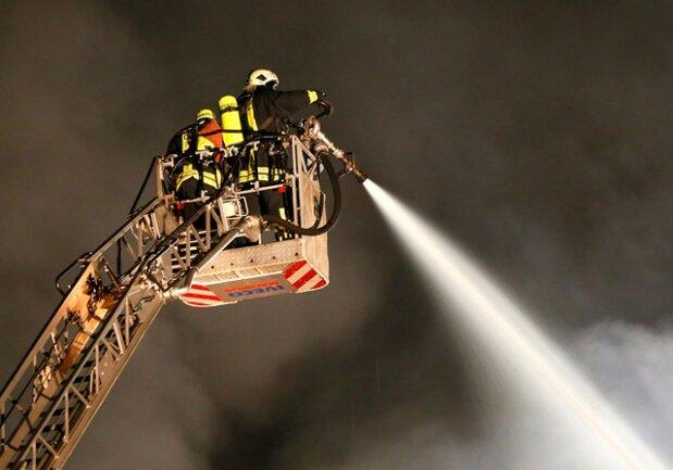 <p> Die Brandbekämpfung gestaltete sich kompliziert, da die Löscharbeiten aus Sicherheitsgründen nur von außen, über Drehleitern und einer Rettungshubbühne, ausgeführt werden konnten.</p>