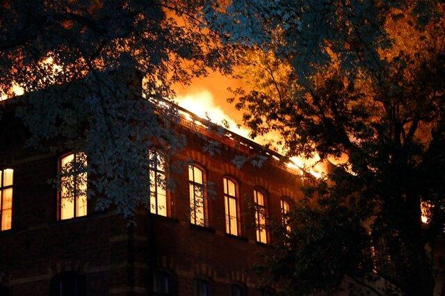 <p> Als die Feuerwehr gegen 2 Uhr eintraf, brannte der Dachstuhl des dreigeschossigen Klinkerbaus bereits in voller Ausdehnung.</p>