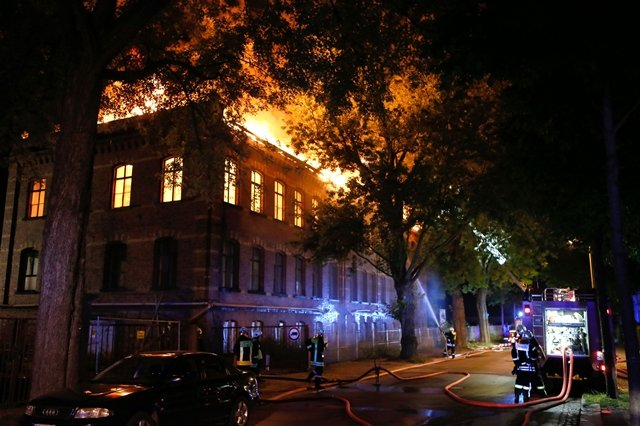 <p> Erst nach mehreren Stunden war das Feuer gelöscht. Menschen kamen nach Angaben der Polizei nicht zu Schaden. Die Ursache des Brandes ist noch unklar.</p>