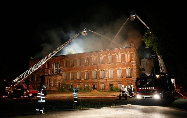 <p> Brandursachenermittler der Polizei haben am frühen Sonntagmorgen die Untersuchungen aufgenommen. Insgesamt waren knapp 40 Feuerwehrleute im Einsatz. Die war B 95 in Richtung Erzgebirge war in dem Bereich für mehrere Stunden gesperrt.</p>