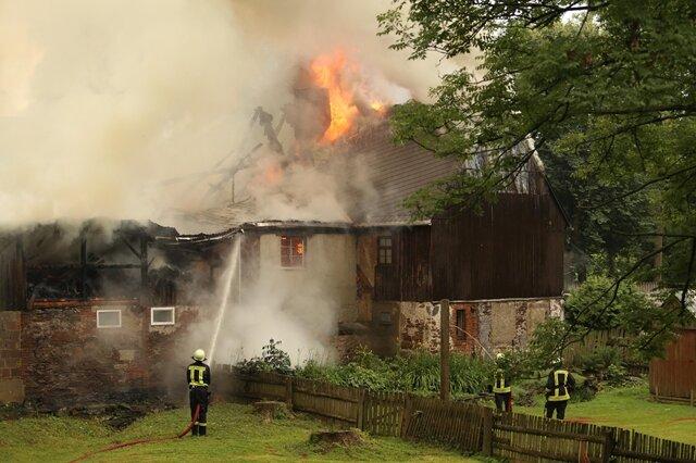 <p> Sechs Personen konnten das Haus nach Zeugenaussagen unbeschadet verlassen.</p>