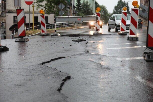 <p> Auf der Schwarzenberger Straße (B 101) in Aue sackte in Höhe der Nicolaikirche die Fahrbahn ein. Die Schäden erstrecken sich über rund 20 Meter.</p>