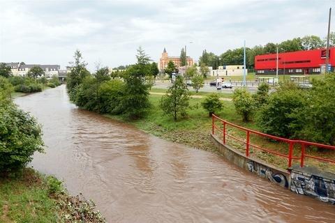 <p> Im Süden von Chemnitz wurden außerdem vereinzelt Hagelniederschläge gemeldet. Zahlreiche Gullideckel wurden vom Wasser herausgedrückt, dazu kamen umgestürzte Bäume und herabgefallene Äste. Auch der Kappelbach (im Bild) schwoll am Sonntag deutlich an.</p>