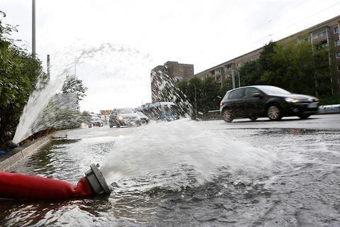 <p> Heftige Gewitter mit ergiebigem Regen haben bis in die Nacht zum Montag Polizei und Feuerwehr in Südwestsachsen auf Trab gehalten. Personenschäden wurden der Polizei nicht bekannt.</p>
