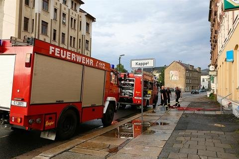 <p> Keller und Grundstücke waren überflutet. An der Zwickauer Straße (im Bild) pumpte die Feuerwehr mehrere Keller aus. Auch auf der Limbacher Straße stand der Keller eines Hauses unter Wasser.</p>