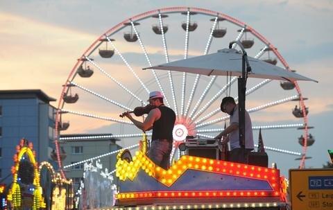 <p> Beim 19. Stadtfest wird die Innenstadt von Chemnitz bis Sonntag zur großen Festmeile. Mit dem traditionellen Bieranstich ist das Spektakel am Freitagabend eröffnet worden, zu dem am Wochenende rund 200.000 Besucher erwartet werden.</p>