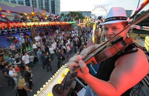 <p> Ferdilicius mit seiner Geige heizte den Besuchern auf der Brückenstraße ein.</p>