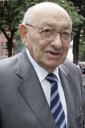 <p> Seit 1958 lebte er in Deutschland und machte sich bei der Wochenzeitung «Die Zeit» als Kritiker einen Namen.&nbsp;</p>