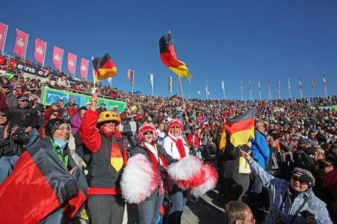 <p> 9000 Zuschauer verfolgten das Springen in Klingenthal.</p>