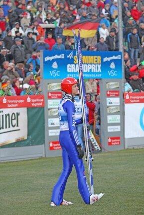 <p> Wellingers Konkurrent Damjan verpasste bei schwierigen Windverhältnissen den zweiten Durchgang. Vierschanzentournee-Gewinner Gregor Schlierenzauer (Österreicher), der in Klingenthal seinen ersten Wettkampf des Sommers bestritt, wurde Zwölfter.</p>
