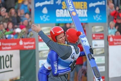 <p> Wellinger, hier mit Andreas Wank, verdrängte durch seinen Sieg Jernej Damjan noch von Platz eins. Der Newcomer der vergangenen Saison war zwar nur in fünf der elf Springen am Start, landete aber stets auf dem Treppchen und holte drei Siege.</p>