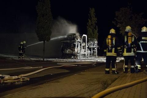 <p> Einsatzleiter Thomas Baldauf: &quot;Insgesamt waren neun Einsatzfahrzeuge mit 56 Kameraden vor Ort. Die Brandbekämpfung erfolgte mittels Schaum unter Atemschutz.&quot;&nbsp;</p>