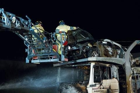 <p> Die Feuerwehren Neukirchen und Adorf rückten aus, um die Flammen zu löschen. Das Fahrzeug war mit sieben Pkw beladen.</p>