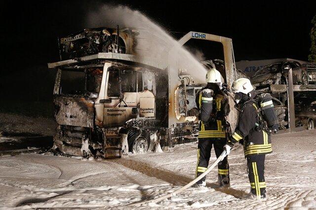<p> Ein Autotransporter ist in der Nacht zum Samstag im Gewerbegebiet Neukirchen bei Chemnitz ein Raub der Flammen geworden.</p>