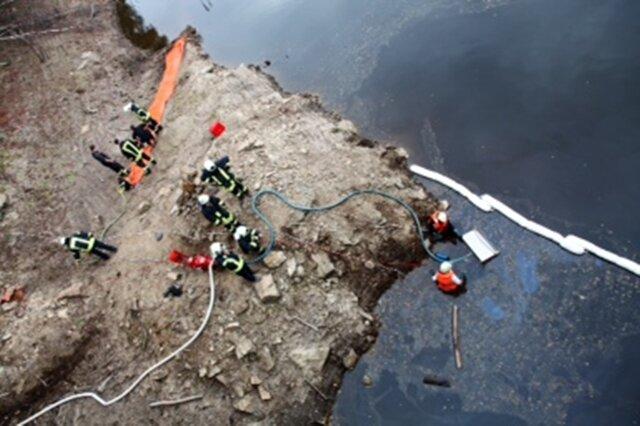 <p> Ein Ölfilm auf der Talsperre Eibenstock hat am Sonntag für einen Großeinsatz der Feuerwehr gesorgt.</p> <p> &nbsp;</p>