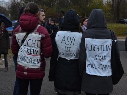 <p> Man habe bitter erlebt, welche Welle von Gewalt solche Neonazi-Parolen auslösen können, sagte zum Beispiel Sachsens Landeschef der Grünen, Volkmar Zschocke, im Vorfeld der Gegendemonstration.</p>