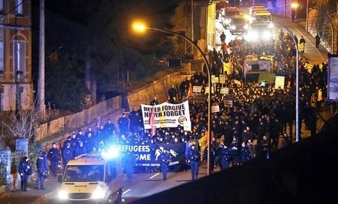 <p> Die Kundgebung wurde diesmal vom Protest von rund 500 Gegendemonstranten begleitet.</p>