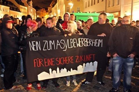 <p> Sie gingen laut den Organisatoren auf die Straße, um gegen Asylmissbrauch zu demonstrieren.</p>