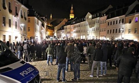<p> 1800 Menschen haben nach Polizeiangaben am Samstag in Schneeberg an einem weiteren sogenannten Lichtellauf teilgenommen.</p>