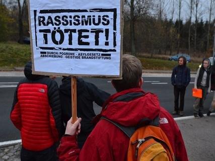 <p> Mit Plakaten (&quot;Asyl ist Menschenrecht&quot; und &quot;Rassismus tötet&quot;) und Sprechchören versuchten sie, ein Zeichen gegen Fremdenfeindlichkeit und für eine offene Gesellschaft zu setzen.</p>
