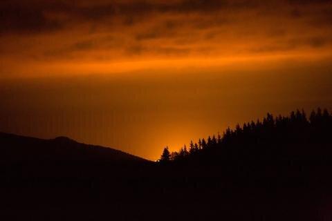 <p> Mit der Dämmerung färbte sich der Himmel gen Osten ein. Es wirkte, als sei in Tschechien ein Großbrand ausgebrochen.</p>