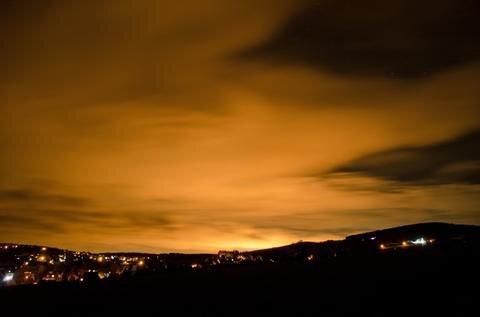 <p> Ein orangefarben leuchtender Himmel hat am Montagabend in weiten Teilen des Erzgebirges für Aufregung gesorgt.&nbsp;</p>
