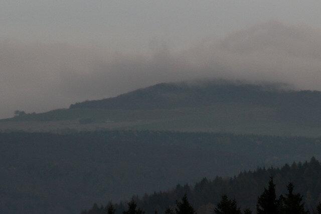 Der Nebel aus Böhmen ist den Bewohnern des Erzgebirgskamm nur allzu vertraut. Dieses Bild entstand am 25. Oktober und zeigt, wie eine Inversionswetterlage bei Olbernhau den böhmischen Nebel über den Kamm trägt.